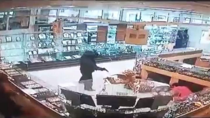 Ограбление ювелирного салона в Камышине и ранение полицейского попали на видео
