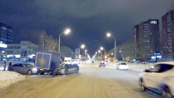 Легковушки зажали «Газель»: в Тольятти грузовик отбросило на Hyundai Sonata