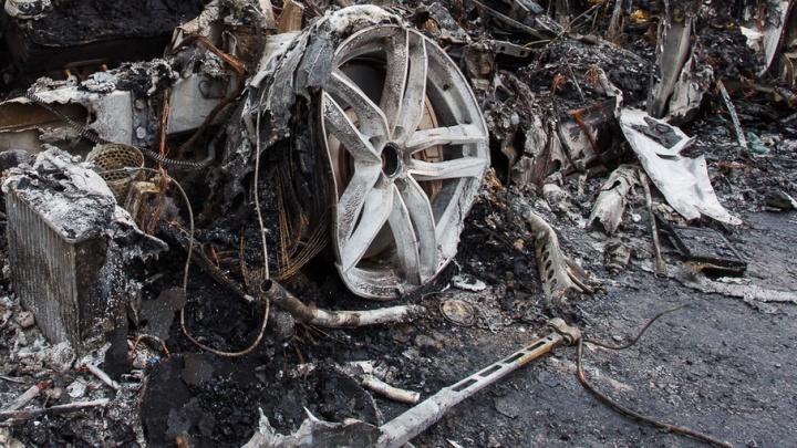 В Волгограде из-за беспечности сварщика сгорела автомастерская с семью машинами