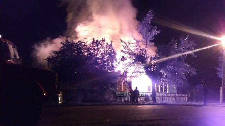 Сразу три семьи остались без крыши над головой: в районе ДОКа ночью сгорел дом