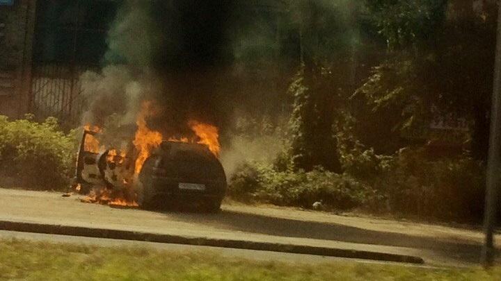 В Тольятти на Коммунальной выгорел ВАЗ-2112