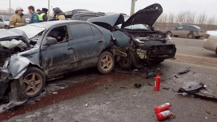 Под Ростовом столкнулись три автомобиля Toyota: пострадали два водителя