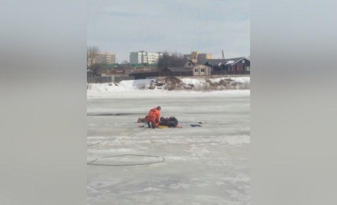«Лед уже очень тонкий»: на Каме спасли тонущего рыбака
