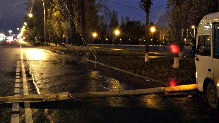 «Водитель отсчитывал сдачу»: в Тольятти маршрутка снесла столб, два пассажира пострадали