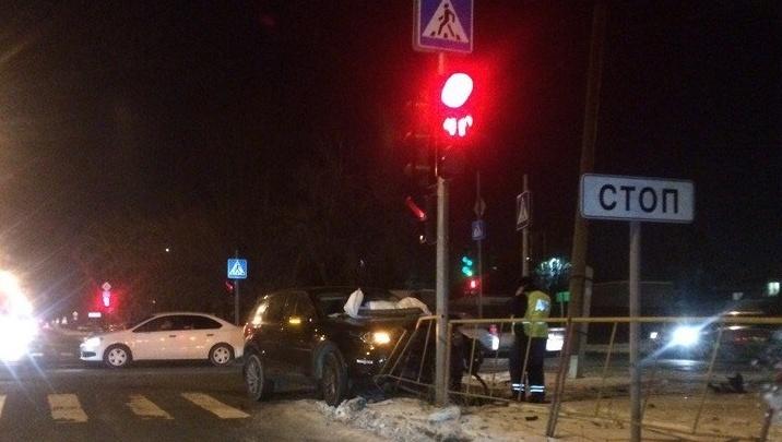 Внедорожник влетел в столб: в ДТП на перекрестке Рабочей и Чаплина пострадали две женщины