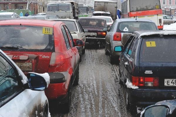 Водителям и пассажирам нужно готовиться к утренним пробкам, пешеходам — к тому, что будет скользко шагать