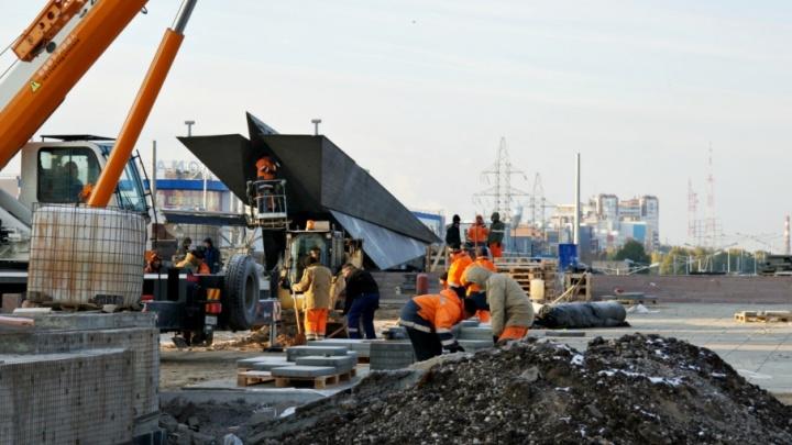 Видео с квадрокоптера: рабочие завершают реконструкцию постамента памятника Ил-2