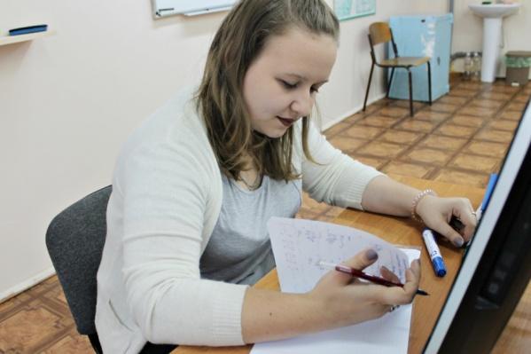 Даже на переменах преподавательница не сидит без дела
