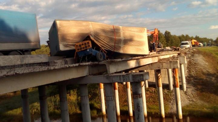 На трассе Курган–Тюмень фура завалилась на бок и повисла с моста