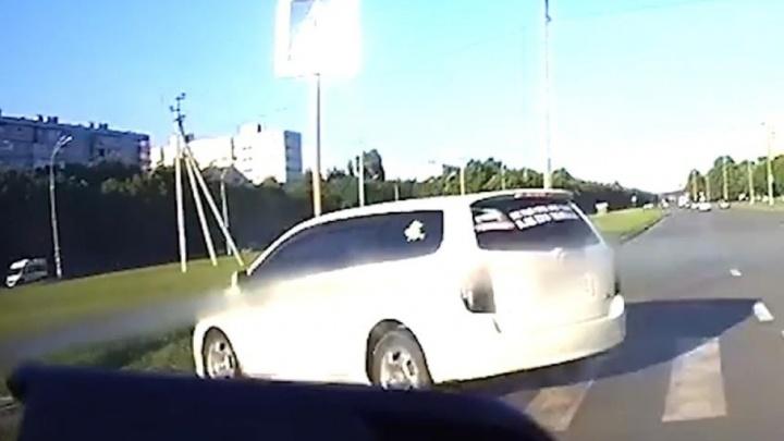 В Тольятти пьяный автомобилист, уходя от погони, вылетел с дороги