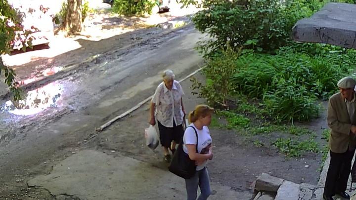 Мошенница, обманувшая челябинского фронтовика и его жену, попала на видео