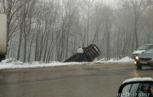 В Самаре микроавтобус вылетел с дороги и перевернулся на бок
