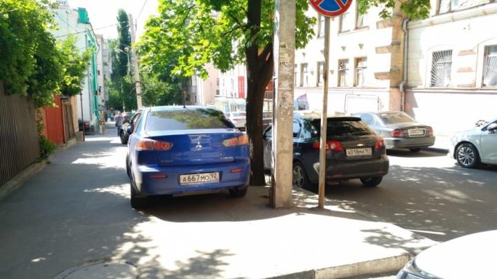 Я паркуюсь, как чудак: фотоподборка нарушителей, бросающих автомобили на «зебрах» и посреди дороги