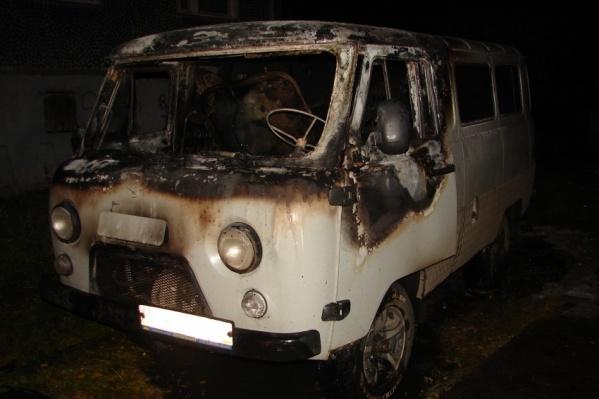 В Архангельске автомобиль подожгли после того, как его угнали
