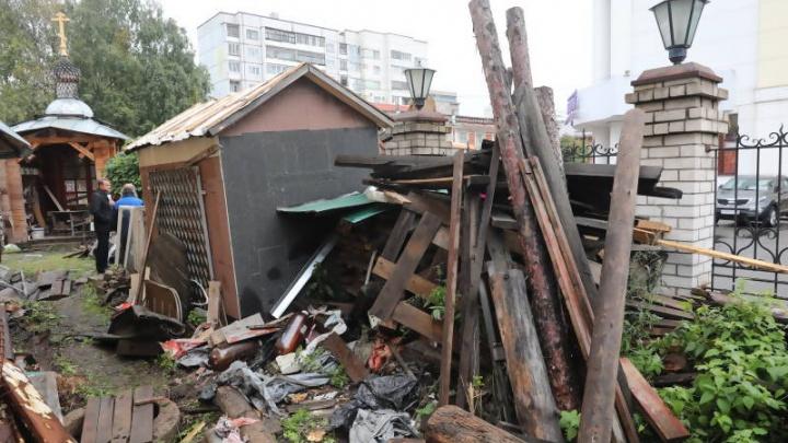Коммунальщики начали уборку мусора у центрального универмага Архангельска