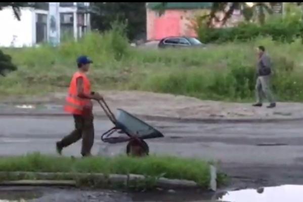 В центре Ярославля заасфальтировали лужу