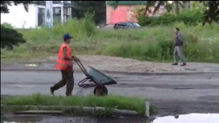 Дорожники в Ярославле закидали лужу асфальтом, назвав работу нанотехнологией