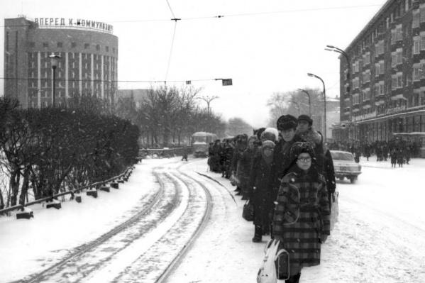 На фотографиях — узнаваемые здания советского Свердловска: на заднем плане гостиница «Исеть», справа — «Центральный гастроном»