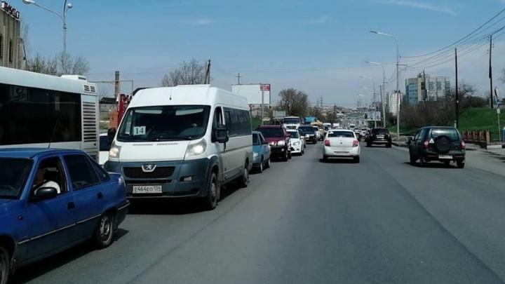 Вторая Продольная в Волгограде встала в пробке из-за поломки автобуса
