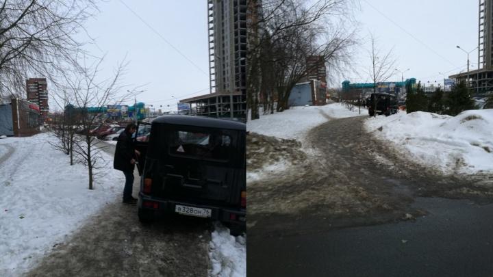 Двое ярославцев выдернули из машины пьяных водителя и пассажира, ехавших по тротуару