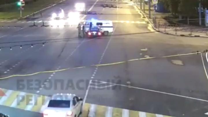 Полицейский уазик перегородил дорогу легковушке, летевшей на красный: видео