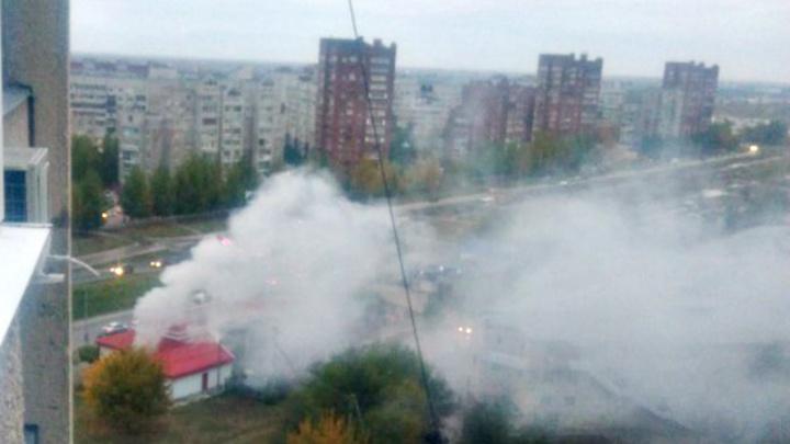 Дым столбом: в Тольятти загорелись подсобные помещения у АЗС
