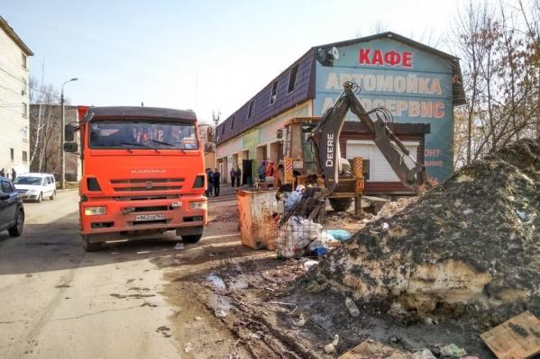 На место сноса приехали экскаваторы и КАМАЗы для вывоза мусора