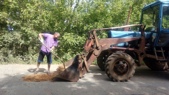 Житель Прикамья сам отремонтировал дорогу к поселку