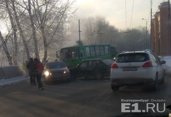 Два автомобиля столкнулись прямо перед троллейбусом