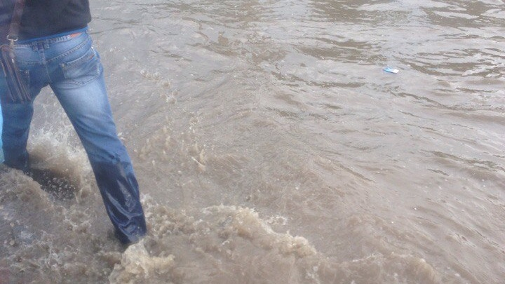 Из-за ливня возле рынка «Классик» оказалась затоплена дорога