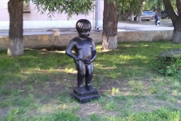 В Челябинске появилась статуя писающего мальчика