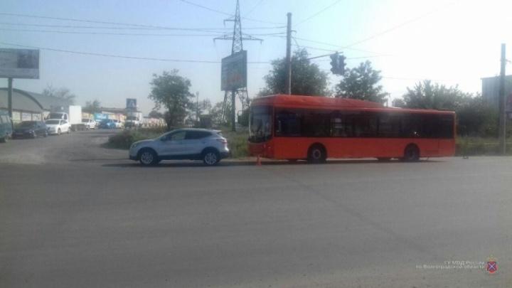 В Волгограде две пассажирки автобуса пострадали в аварии
