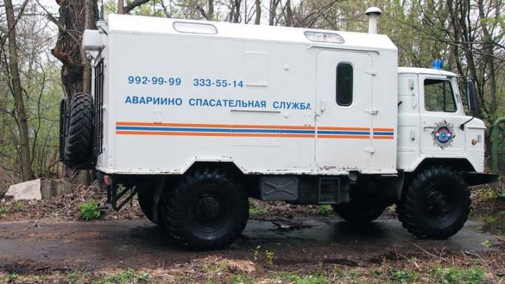 В Самарской области спасатели полтора часа вытаскивали из грязи машину рыбака