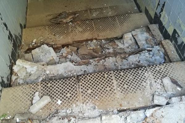 Переход в Краснооктябрьском районе встречает разбитыми ступенями и горами мусора
