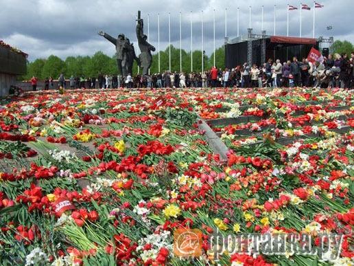 Ковер из цветов покрыл к полудню все основание монумента Победы