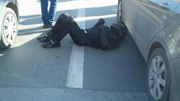 На Олимпийской мужчина упал с мотоцикла и ударился о легковушку