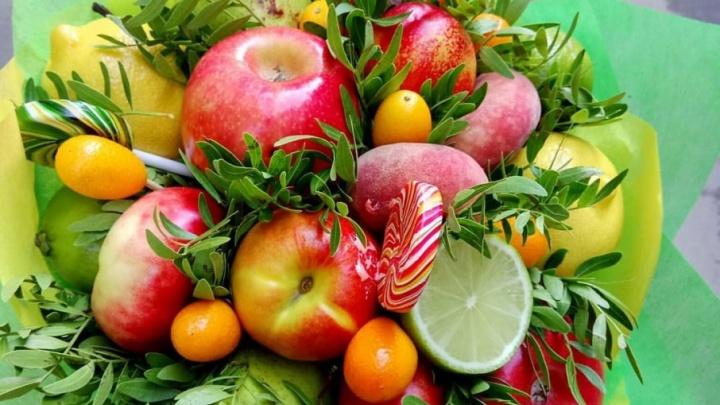 C яблоками и подсолнухами: сколько стоят букеты челябинских первоклассников
