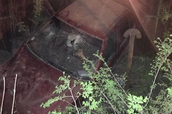 У машины пробито лобовое стекло