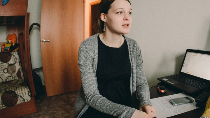 В Тюмени сироту заселили в новую квартиру с плесенью на стенах, капелью с потолка и «плачущими» окнами