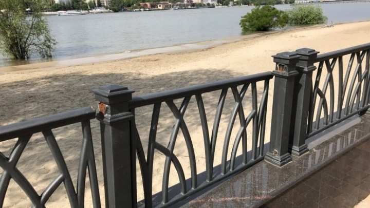Разошелся по швам: забор в парке «Левобережный» не прошел проверку на прочность