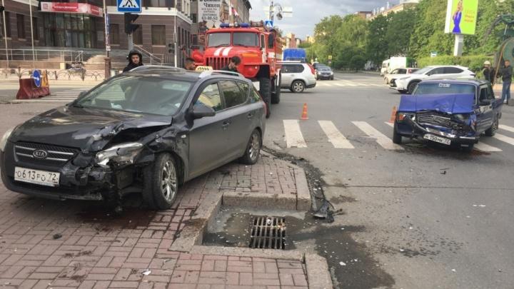 В аварии на перекрестке Первомайской и Республики пострадали два пассажира столкнувшихся легковушек