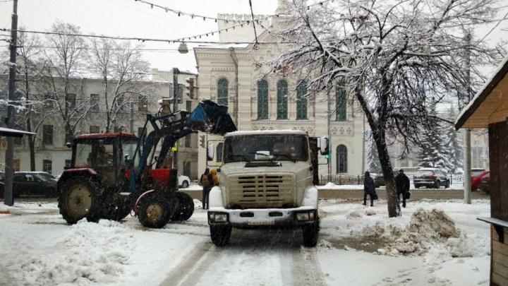 Ярославцы, припарковавшие машины в центре города, помешали мэрии убирать снег