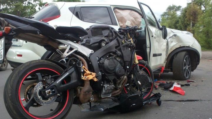 В Ярославле мотоциклист пробил лобовое стекло иномарки