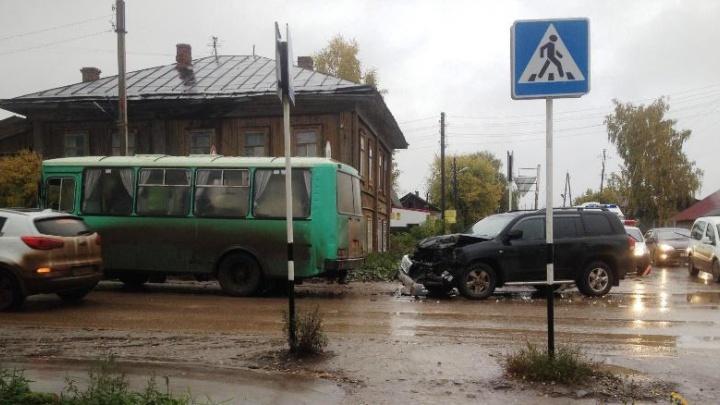 Пострадали две пассажирки: в Прикамье внедорожник протаранил автобус