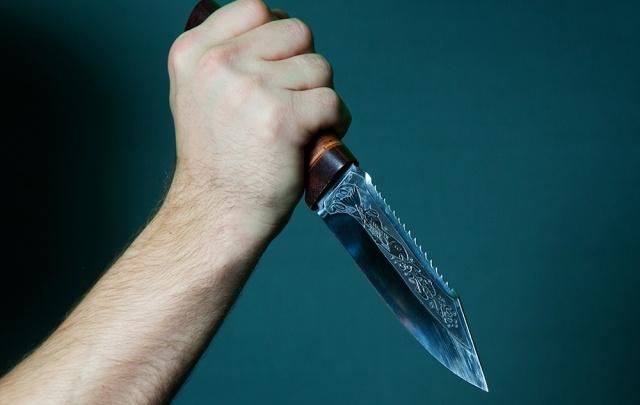 Архангелогородец на остановке ударил девушку ножом