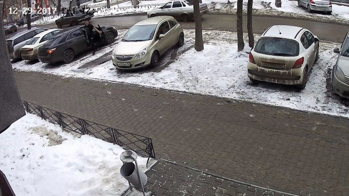 В центре Екатеринбурга средь бела дня воры обчистили машину молодой мамы, но попали на видео