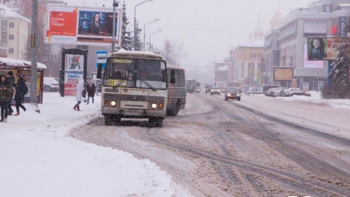«Возможно, была пересменка»: администрация Архангельска говорит, что снег в городе убирают как надо