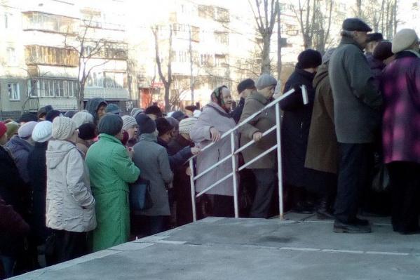 Сбой в системе заставил пациентов идти за талоном в регистратуру к открытию поликлиники