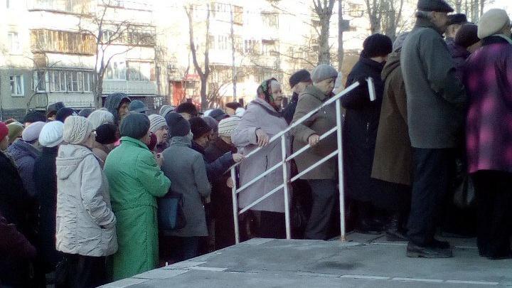Оптимизация в действии: возле поликлиники образовалась очередь из сотни челябинцев