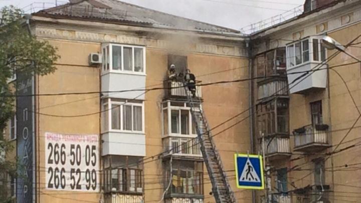 На Масленникова пожарные эвакуировали 10 человек из жилого дома